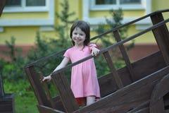 Παιχνίδι με το ξύλινο κάρρο Στοκ φωτογραφία με δικαίωμα ελεύθερης χρήσης