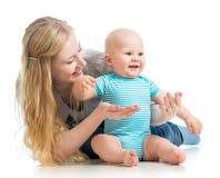 Παιχνίδι μητέρων αγάπης με το αγοράκι στο λευκό Στοκ Εικόνα