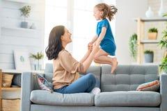 Παιχνίδι μητέρων και κορών στοκ εικόνες με δικαίωμα ελεύθερης χρήσης