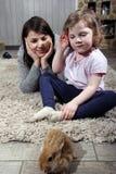 Παιχνίδι μητέρων και κορών με ένα λαγουδάκι Στοκ φωτογραφία με δικαίωμα ελεύθερης χρήσης