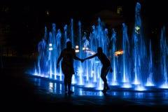 Παιχνίδι μητέρων και κορών στην πηγή νερού τη νύχτα στο Κεμπέκ Στοκ φωτογραφία με δικαίωμα ελεύθερης χρήσης