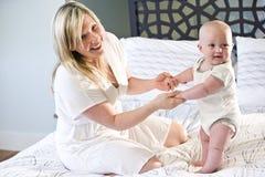 Παιχνίδι μητέρων και μωρών στο σπορείο Στοκ φωτογραφίες με δικαίωμα ελεύθερης χρήσης