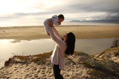 Παιχνίδι μητέρων και παιδιών σε μια παραλία Στοκ Εικόνες
