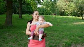Παιχνίδι μητέρων με ένα νεογέννητο μωρό απόθεμα βίντεο