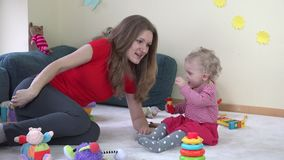 Παιχνίδι μητέρων με λίγη κόρη μωρών στο δωμάτιο μητρότητα 4K απόθεμα βίντεο
