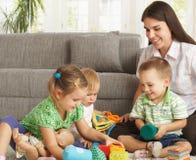 Παιχνίδι μητέρων με τα παιδιά στο σπίτι Στοκ φωτογραφία με δικαίωμα ελεύθερης χρήσης