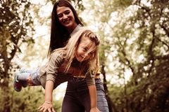 Παιχνίδι μητέρων με την κόρη στο πάρκο πόλεων Στοκ Φωτογραφίες