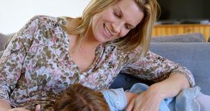 Παιχνίδι μητέρων με την κόρη της στο καθιστικό 4k απόθεμα βίντεο