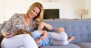 Παιχνίδι μητέρων με την κόρη της στο καθιστικό 4k φιλμ μικρού μήκους
