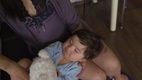 Παιχνίδι μητέρων με τη teddy αρκούδα και το εσωτερικό επίπεδο γιων μωρών της - ασιατικό μικτό αγόρι παιδιών έθνους που φορά το μπ απόθεμα βίντεο