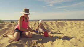 Παιχνίδι μητέρων με το παιδί στην παραλία φιλμ μικρού μήκους