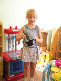 Παιχνίδι μικρών κοριτσιών με την κουζίνα παιχνιδιών Στοκ Φωτογραφία