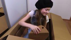 Παιχνίδι μικρών κοριτσιών με το κουτί από χαρτόνι απόθεμα βίντεο