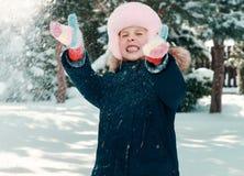 Παιχνίδι μικρών κοριτσιών με το χιόνι Στοκ Φωτογραφίες
