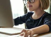 Παιχνίδι μικρών κοριτσιών σε έναν υπολογιστή Στοκ Φωτογραφίες