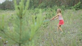 Παιχνίδι μικρών κοριτσιών στο καθάρισμα κοντά στο δάσος απόθεμα βίντεο
