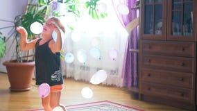 Παιχνίδι μικρών παιδιών με πολλά πολύχρωμα baloons, σε αργή κίνηση r απόθεμα βίντεο