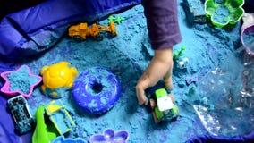 Παιχνίδι μικρών παιδιών με την κινητική πρόωρη εκπαίδευση άμμου στο σπίτι που προετοιμάζεται για το παιχνίδι παιδιών σχολικής ανά απόθεμα βίντεο