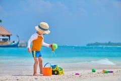 Παιχνίδι μικρών παιδιών τριάχρονων παιδιών στην παραλία στοκ φωτογραφία με δικαίωμα ελεύθερης χρήσης