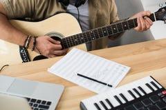 παιχνίδι μουσικών κιθάρων Στοκ Φωτογραφίες