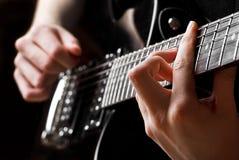 παιχνίδι μουσικών κιθάρων Στοκ φωτογραφίες με δικαίωμα ελεύθερης χρήσης