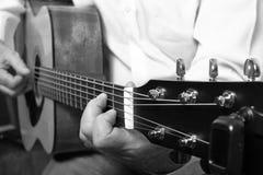 Παιχνίδι μουσικών σε μια κλασική ακουστική κιθάρα Στοκ εικόνα με δικαίωμα ελεύθερης χρήσης