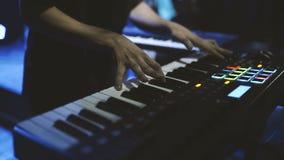 Παιχνίδι μουσικών στα κλειδιά πιάνων συνθετών πληκτρολογίων Ο μουσικός παίζει ένα μουσικό όργανο στη σκηνή συναυλίας απόθεμα βίντεο