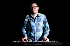 Παιχνίδι μουσικών στο ηλεκτρικό πιάνο πληκτρολογίων στο σκοτάδι Έννοια μουσικών Στοκ φωτογραφία με δικαίωμα ελεύθερης χρήσης