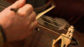Παιχνίδι μουσικών στο violancello στην ορχήστρα φιλμ μικρού μήκους