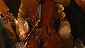 Παιχνίδι μουσικών στο violancello στην ορχήστρα απόθεμα βίντεο