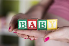Παιχνίδι μωρών, έγκυο στοκ φωτογραφία με δικαίωμα ελεύθερης χρήσης