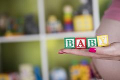 Παιχνίδι μωρών, έγκυο στοκ εικόνες με δικαίωμα ελεύθερης χρήσης
