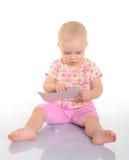 Παιχνίδι μωρών με μια εικόνα στην άσπρη ανασκόπηση στοκ φωτογραφίες
