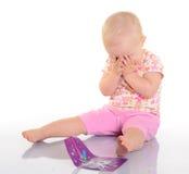 Παιχνίδι μωρών με μια εικόνα στην άσπρη ανασκόπηση στοκ εικόνες