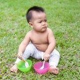 Παιχνίδι μωρών στο πεδίο στοκ εικόνα με δικαίωμα ελεύθερης χρήσης