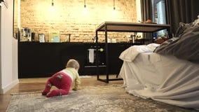 Παιχνίδι μωρών στο σύρσιμο πατωμάτων απόθεμα βίντεο