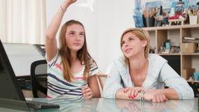 Παιχνίδι νέων κοριτσιών με ένα αεροπλάνο παιχνιδιών με τη μητέρα της απόθεμα βίντεο