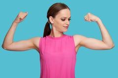 Παιχνίδι νέων κοριτσιών με τους μυς στοκ εικόνα με δικαίωμα ελεύθερης χρήσης
