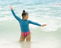 Παιχνίδι νέων κοριτσιών στα κύματα των Καραϊβικών Θαλασσών Στοκ Εικόνες