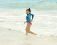 Παιχνίδι νέων κοριτσιών στα κύματα των Καραϊβικών Θαλασσών Στοκ Φωτογραφίες