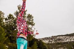 Παιχνίδι νεαρών άνδρων με το χιόνι Στοκ Φωτογραφίες