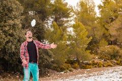 Παιχνίδι νεαρών άνδρων με το χιόνι Στοκ φωτογραφία με δικαίωμα ελεύθερης χρήσης