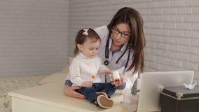 Παιχνίδι παιδιάτρων γυναικών με ένα μικρό παιδί στο νοσοκομείο απόθεμα βίντεο