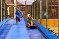 παιχνίδι παιδικών χαρών παιδιών αγοριών Στοκ Εικόνα