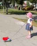Παιχνίδι παιδιών με ένα αυτοκίνητο παιχνιδιών Στοκ Εικόνα