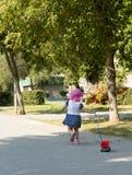 Παιχνίδι παιδιών με ένα αυτοκίνητο παιχνιδιών Στοκ φωτογραφία με δικαίωμα ελεύθερης χρήσης