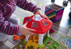 Παιχνίδι παιδιών με τα πλαστικά παιχνίδια Στοκ Εικόνες