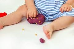 Παιχνίδι παιδιών με τις μορφές σχηματοποίησης αργίλου Στοκ Εικόνες