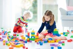 Παιχνίδι παιδιών με τους φραγμούς παιχνιδιών τρισδιάστατα παιχνίδια απεικόνισης παιδιών Στοκ Εικόνα