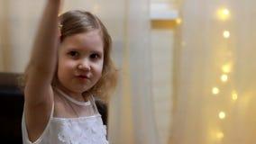 Παιχνίδι παιδιών με το αεροπλάνο Έννοια πτήσης και ταξιδιού Κοριτσάκι πειραματικό απόθεμα βίντεο